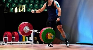 Modelli di accelerazione del bilanciere durante l'esercizio di strappo in competizioni di sollevamento pesi