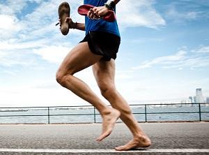 Un confronto della lunghezza della falcata e della cinematica degli arti inferiori durante corsa a piedi nudi e con scarpa in corridori ben allenati